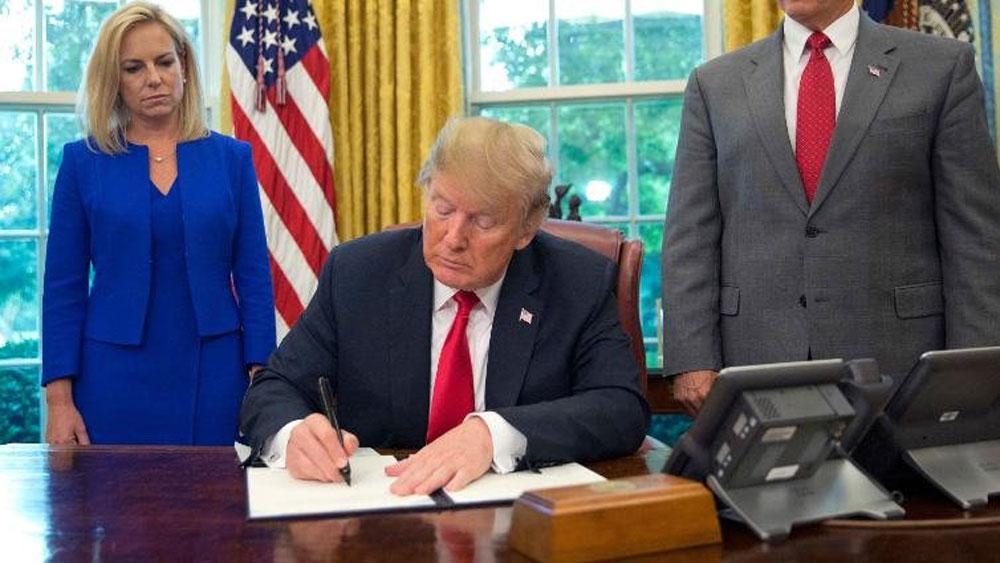 Tổng thống Mỹ Donald Trump bất ngờ dừng chính sách chia cắt gia đình nhập cư gây tranh cãi